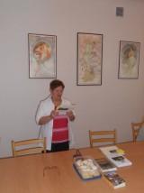 Eva čte z kalendářů