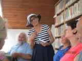 Knihovnice Alena zahajuje přátelské setkání u příl