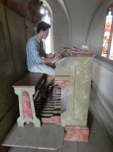 Vítek Svoboda hraje na varhany  4_ 7_ 2021  foto K